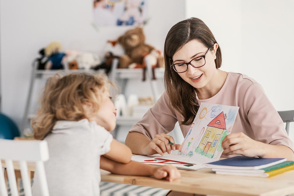 Autisme assistant maternel joue